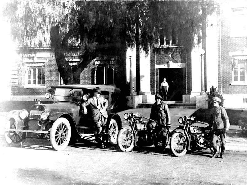 1930s_Car_and_two_Motors